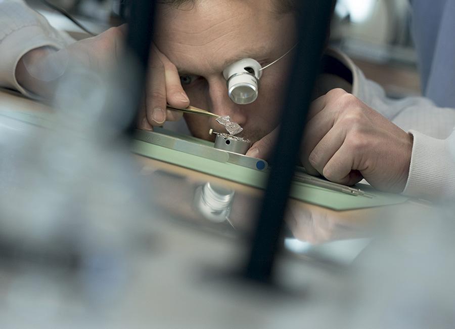 Laureato-Squelette-Girard Perregaux-orologio: I maestri orologiai della Manifattura Girard Perregaux colti durante il loro lavoro e alcune componenti di un orologio che è divenuto l'emblema del marchio: il Tre Ponti.