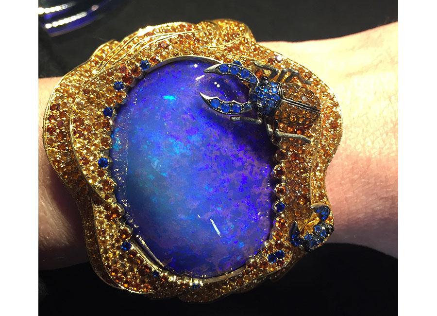 Lydia Courteille - Bracciale Collezione Sahara - Oro giallo, opale boulder (opale nobile con presenza di roccia madre sottostante) australiano, hauynite blu vivo, topazolite (granato giallo-arancione), hessonite (granato arancione), zaffiri gialli (4.83 cts)