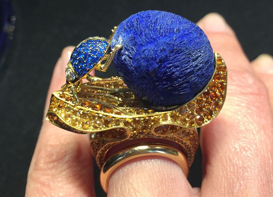 Lydia Courteille - Anello – Collezione Sahara - Oro giallo, azurite, haüynite blu vivo, topazolite, hessonite (granato arancione), diamanti (10 cts), diamanti brown. La creazione è ispirata allo scarabeo sacro degli antichi egizi.