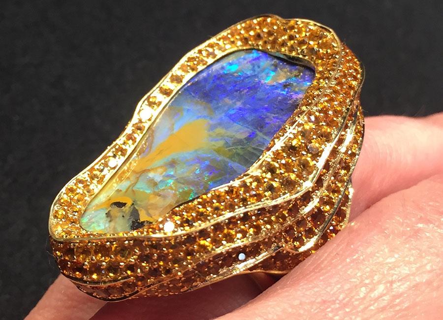Lydia Courteille - Anello – Collezione Sahara - Oro, opale boulder ( opale nobile con presenza di roccia madre sottostante), topazolite (granato giallo-arancione), hessonite (granato arancione)