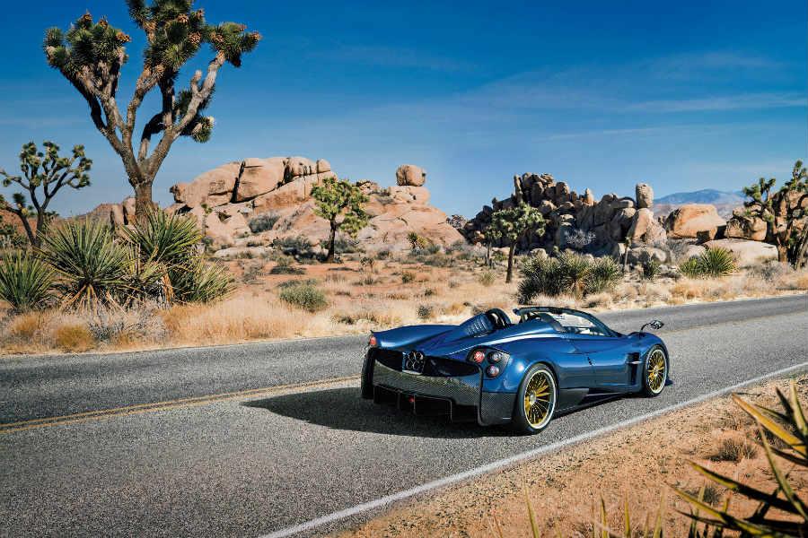 Pagani Huayra Roadster-su di una strada nel deserto