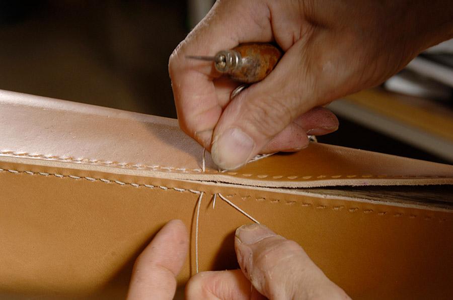 Romeo Sozzi-designer-immagine-di-mani-che-cuciono-la-pelle