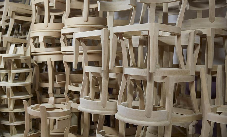 Romeo Sozzi-designer-immagine-di-sedie-impilate-una-sull-altra