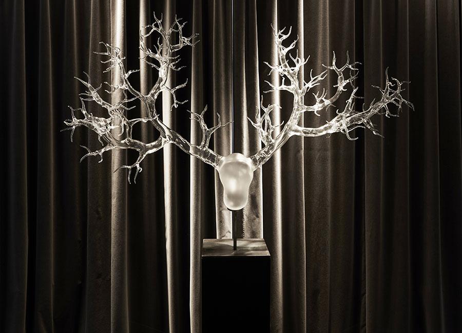 Simone Crestani: Le creature fantastiche realizzate in vetro dall'artista sembrano uscite da una dimensione altra, dove l'ispirazione naturalistica si trasfigura nella meraviglia. Hommage to Acteon, 2016. © Francis Amiand