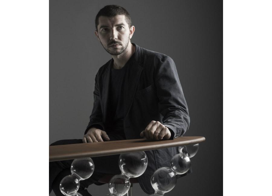 """Simone Crestani: Ritratto del Maestro, con la consolle """"Eterea"""" © Alberto Parise"""