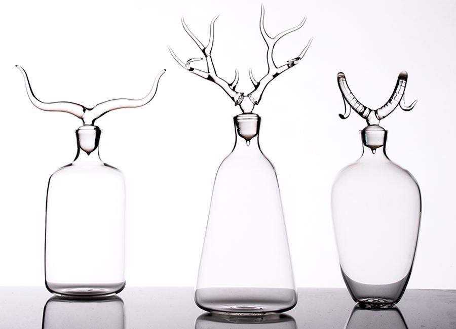 Simone Crestani: Raffinatissima e di elegante purezza la collezione di bottiglie con fantastici tappi a forma di trofeo. © Atelier Crestani