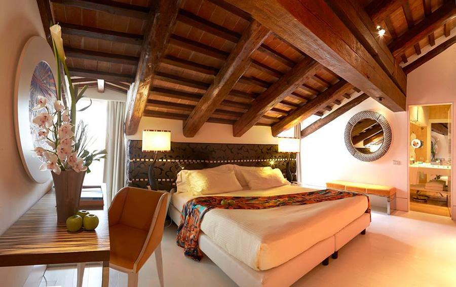 Sina Centurion Palace Hotel di Venezia-suite con letto matrimoniale e soffitto mansardato in legno antico