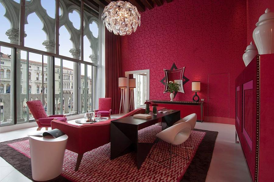 Sina Centurion Palace Hotel di Venezia: grande vetrata e interno con i colori che caratterizzano tutto l'albergo e che sono le tonalità classiche delle case nobiliari veneziane: cioccolato, arancio, rosso e bianco