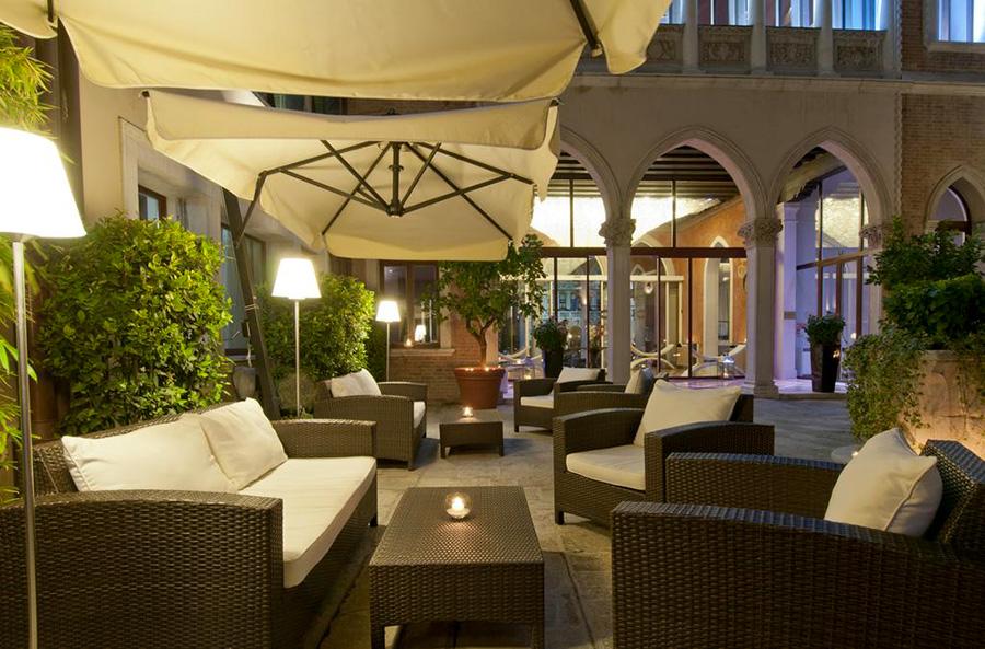 Sina Centurion Palace Hotel di Venezia-cortile interno con tavolini e poltroncine