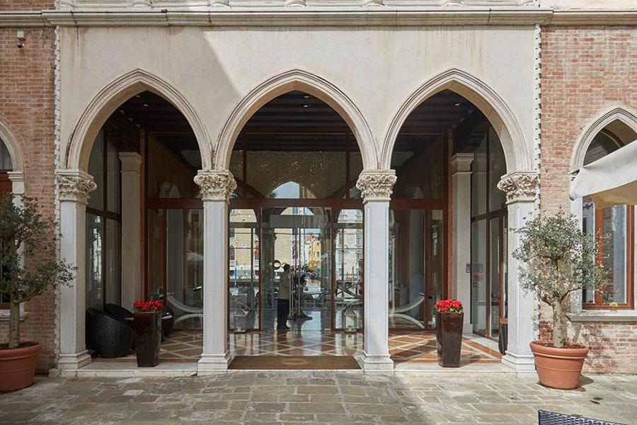 Sina Centurion Palace Hotel-vista dei tre portali ogivali che aprono la visuale sull'acqua del Canal Grande
