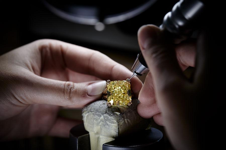 festival di cannes - de Grisogono - Love on the Rocks - Anello di alta gioielleria - Pezzo unico - Oro rosa, 1 diamante giallo taglio radiant ( 16,41 carati), 332 smeraldi ( 2,81 carati) e 34 diamanti gialli ( 0,33 carati).