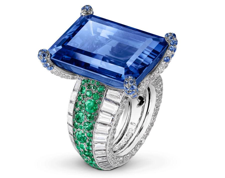 festival di cannes - de Grisogono - Love on the Rocks - Anello di alta gioielleria - Pezzo unico - Oro bianco, 1 zaffiro blu taglio a gradini (50,57 carati), 60 diamanti bianchi taglio baguette (6,48 carati), 323 brillanti bianchi (4,06 carati), 175 smeraldi (1,57 carati) e 52 zaffiri blu ( 0,49 carati).