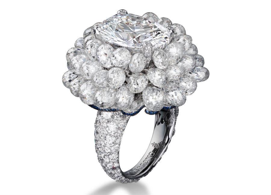 festival di cannes - de Grisogono - Love on the Rocks - Anello di alta gioielleria - Pezzo unico - Oro bianco, 1 diamante bianco taglio ovale (7 carati), 48 diamanti bianchi taglio briolette (33,62 carati), 323 brillanti bianchi (3,73 carati) e 94 zaffiri blu (0,12 carati).