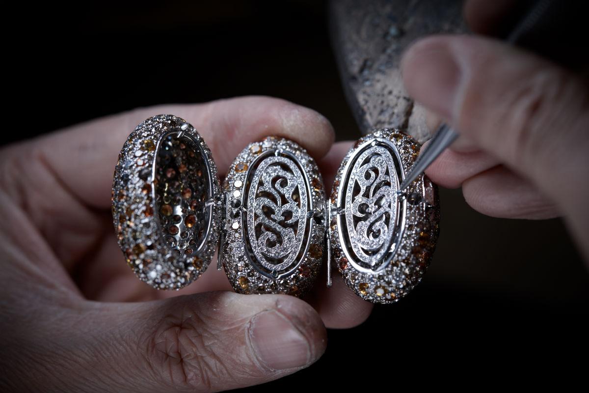 de Grisogono - Love on the Rocks - Bracciale di alta gioielleria - Pezzo unico - Oro bianco e titanio con zaffiri gialli e arancione taglio briolette (circa 66 carati), 1.646 diamanti marrone (73,16 carati), 437 zaffiri arancione (53,62 carati) e 1.033 brillanti bianchi (12,31 carati).