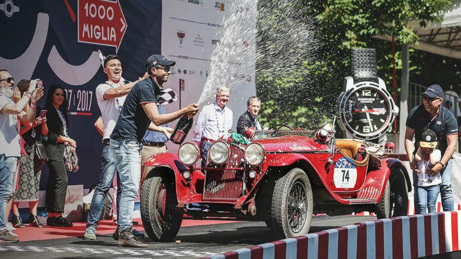 mille-miglia-2017-vincitori-davanti-all-auto-Alfa-Romeo-6C-1750-1931