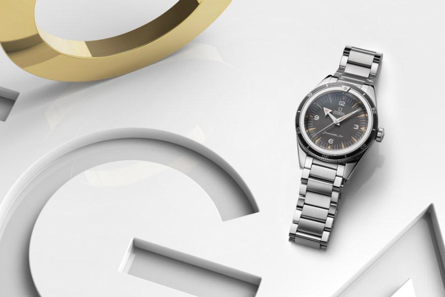 Omega – Seamaster 300 60th Anniversary Limited Edition – movimento meccanico a carica automatica Calibro 8806 certificato Master Chronometer – riserva di carica di 55 ore – cassa da 39 mm in acciaio – impermeabile fino a 30 atmosfere.