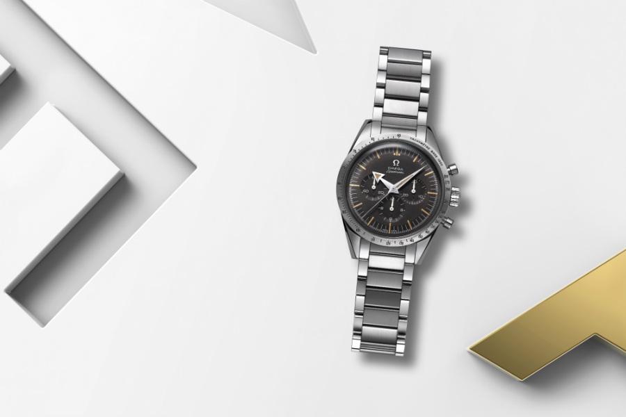 Omega – Speedmaster 60th Anniversary Limited Edition – movimento meccanico a carica manuale Calibro 1861 – cronografo con secondi continui – riserva di carica di 45 ore – cassa da 38,6 mm in acciaio – impermeabile fino a 6 atmosfere.