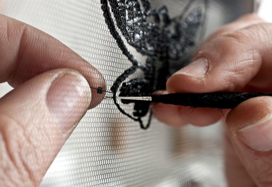 pino grasso: Una fase di lavorazione. Il ricamo viene ancora eseguito con gli strumenti tradizionali: il telaio e il crochet, uno speciale ago dalla punta ricurva. © Laila Pozzo