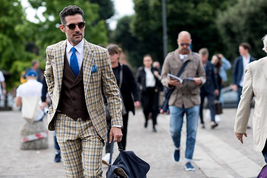 pitti immagine uomo 92_ immagine di uomo per le vie della citta, indossa completo con gilet