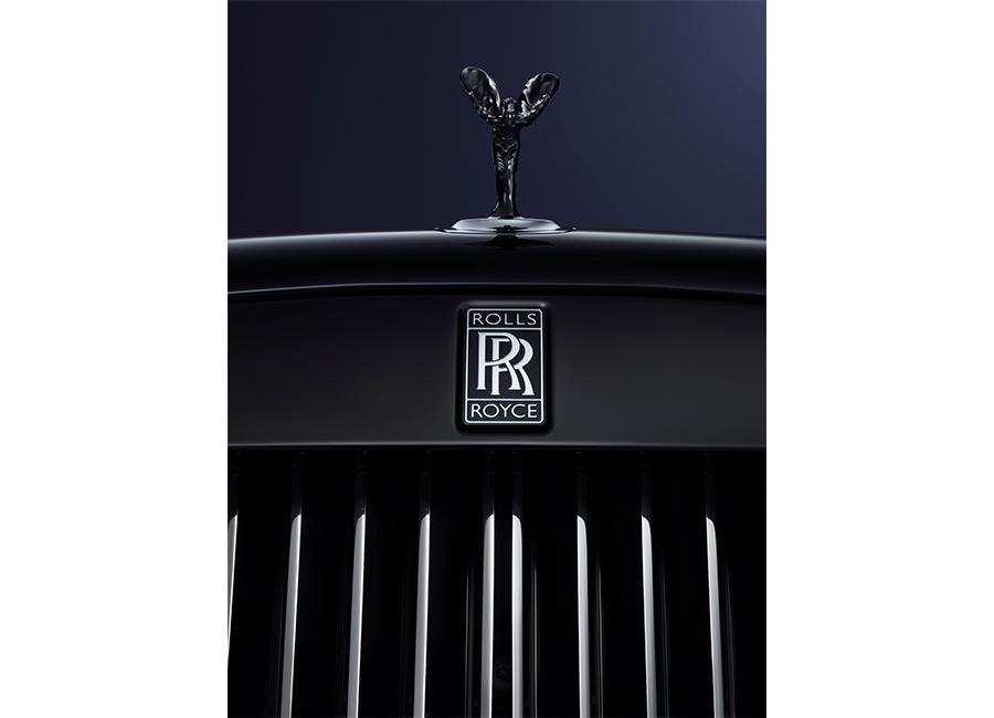 rolls-royce_immagine della statuetta alata in colore nero lucido