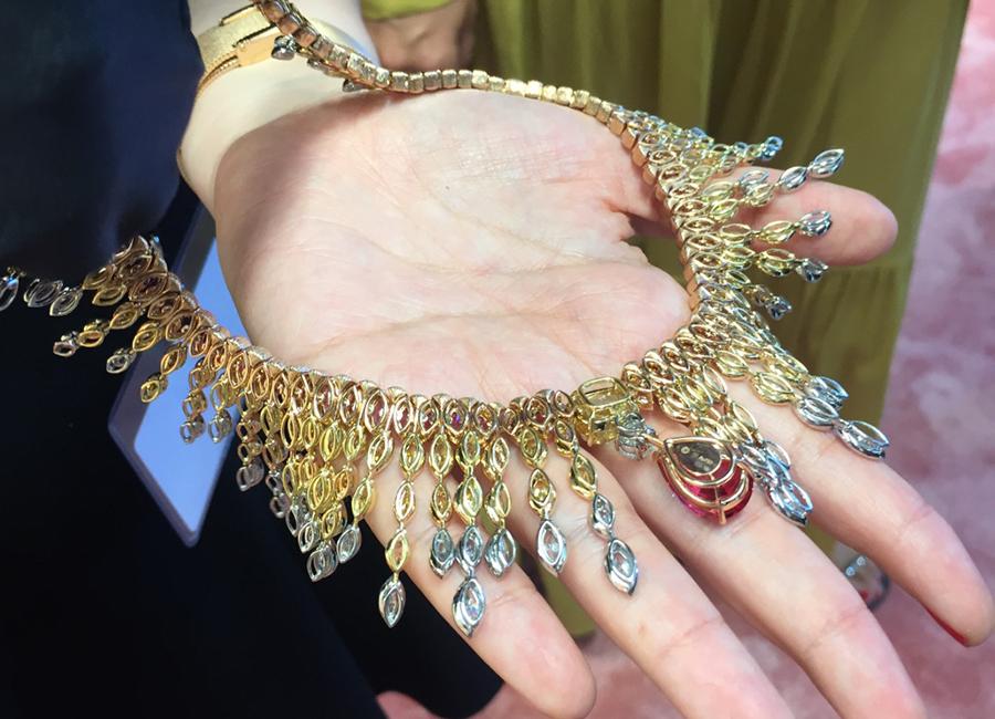 Jessica Chastain International Brand Ambassador di Piaget indossa gioielli della collezione Sunlight Journey
