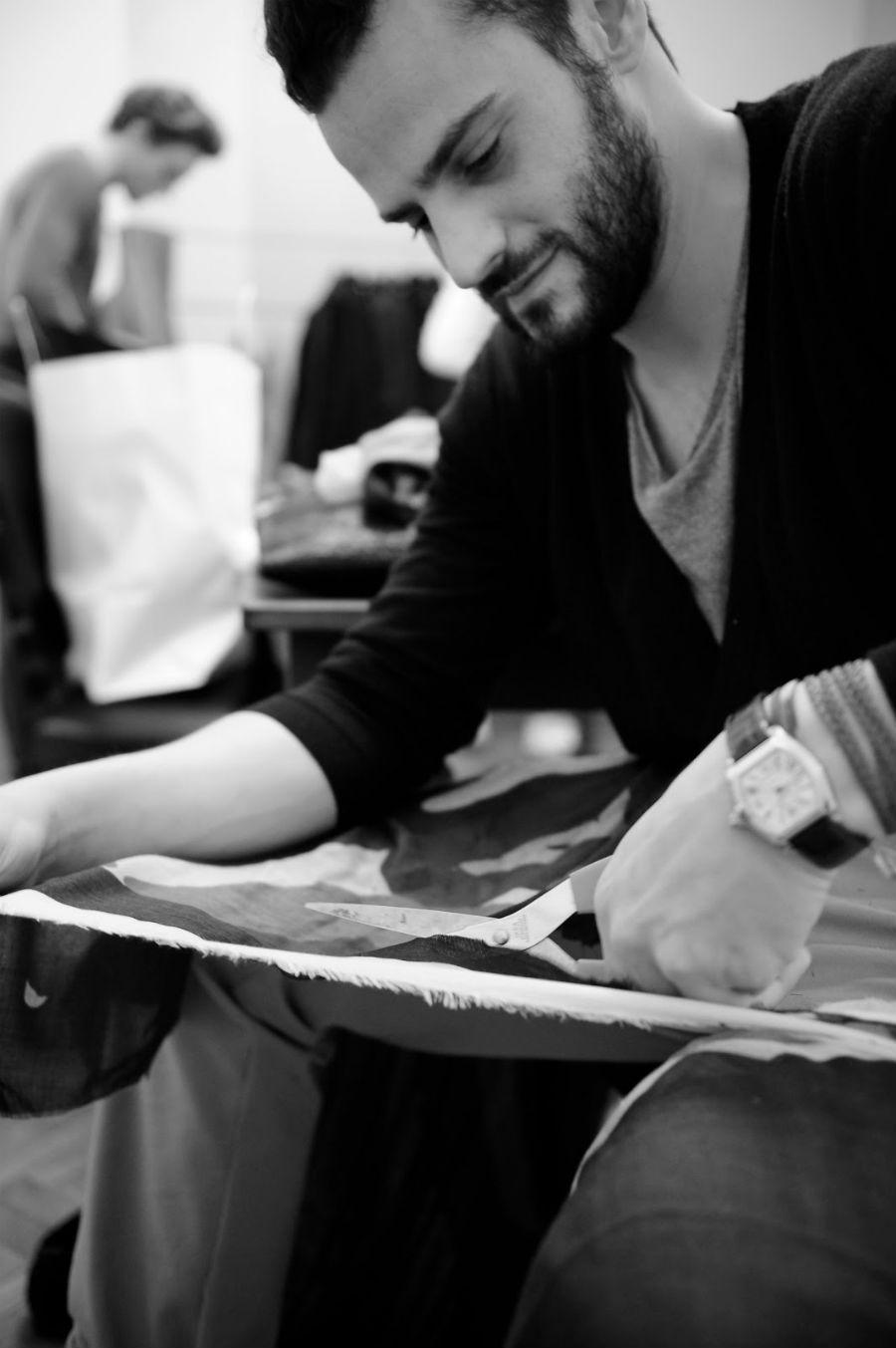 Christian Pellizzari intento a tagliare un tessuto