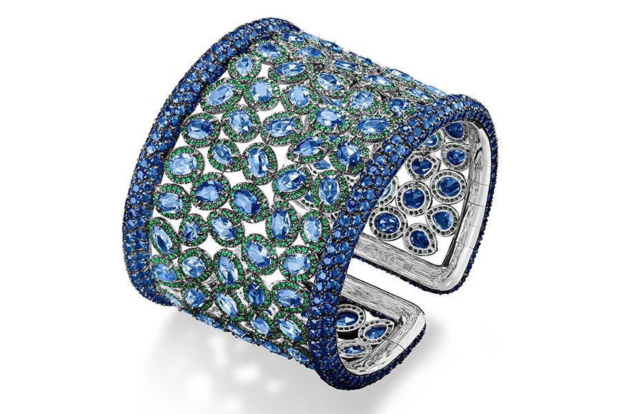 de Grisogono - Bracciale di alta gioielleria - Pezzo unico - Oro bianco con 104 zaffiri blu taglio a rosa (42,55 cts), contornati da 1450 granati tsavoriti (9,69 cts), 800 zaffiri blu (circa 39,10 cts).