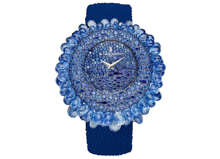 de Grisogono – Grappoli orologio gioiello - Movimento al Quarzo - Cassa in oro bianco con 598 zaffiri blu incastonati a neve (8,95 ct) e 70 zaffiri blu taglio briolette (circa 47 ct), - Quadrante: in oro bianco con 258 zaffiri blu (1.95 ct), lancette in oro bianco - Bracciale: in Galuchat - Chiusura in oro bianco con 138 zaffiri blu (2,05 ct).