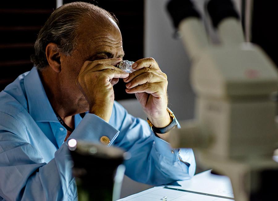 de Grisogono: Nella foto il diamante grezzo The Constellation di 813 carati (D – TIPO 2A e Mr Fawaz Gruosi nel suo atelier ginevrino. * Pensiamo che il diamante di 164 carati di cui ci ha parlato Mr Gruosi derivi dalla pietra principale ricavata dal grezzo di 404 carati scoperto in Angola all'inizio del 2016 e presentato al Festival di Cannes l'anno passato.