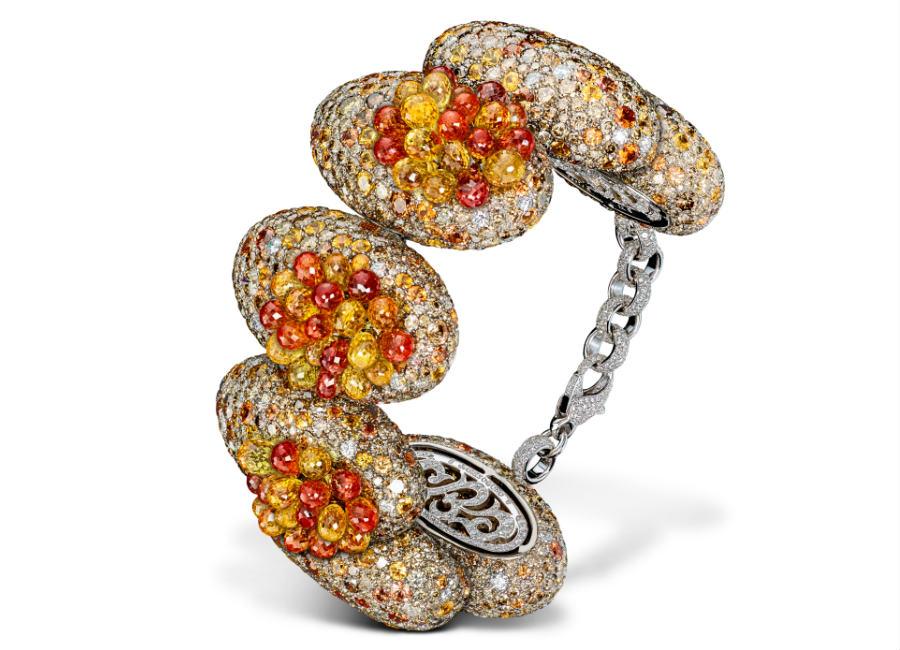 festival di cannes - de Grisogono - Love on the Rocks - Bracciale di alta gioielleria - Pezzo unico - Oro bianco e titanio con zaffiri gialli e arancione taglio briolette (circa 66 carati), 1.646 diamanti marrone (73,16 carati), 437 zaffiri arancione (53,62 carati) e 1.033 brillanti bianchi (12,31 carati).