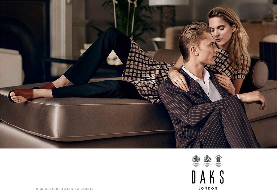 Daks Campaign Spring Summer 2017. Ph. Adam Whitehead, Styled Sam Ranger-uomo e donna sul divano