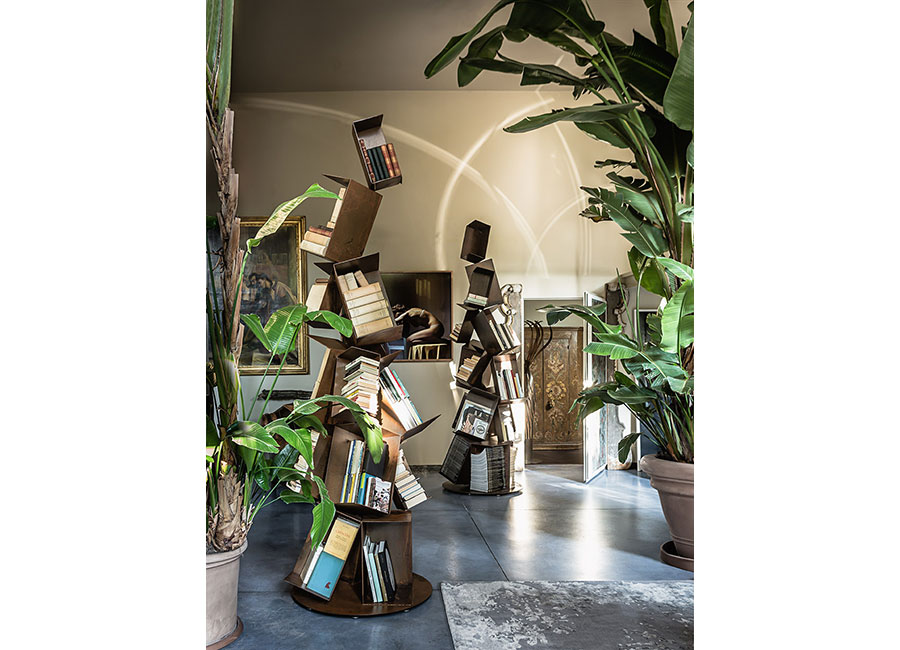 Gianluca Pacchioni - Collapse: librerie-scultura realizzata in ferro con una patina che simula la ruggine ( h da 280 a 350).