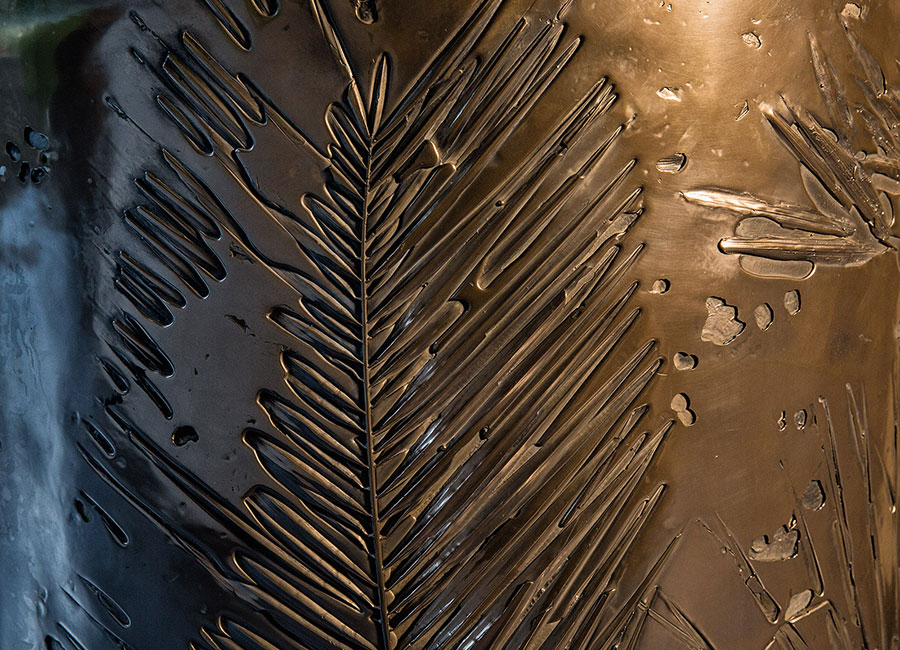 Dettaglio dell'opera Fossil pannello scultoreo monumentale (h 250 cm x l 150 cm) realizzato in legno, ottone liquido e ottone solido.