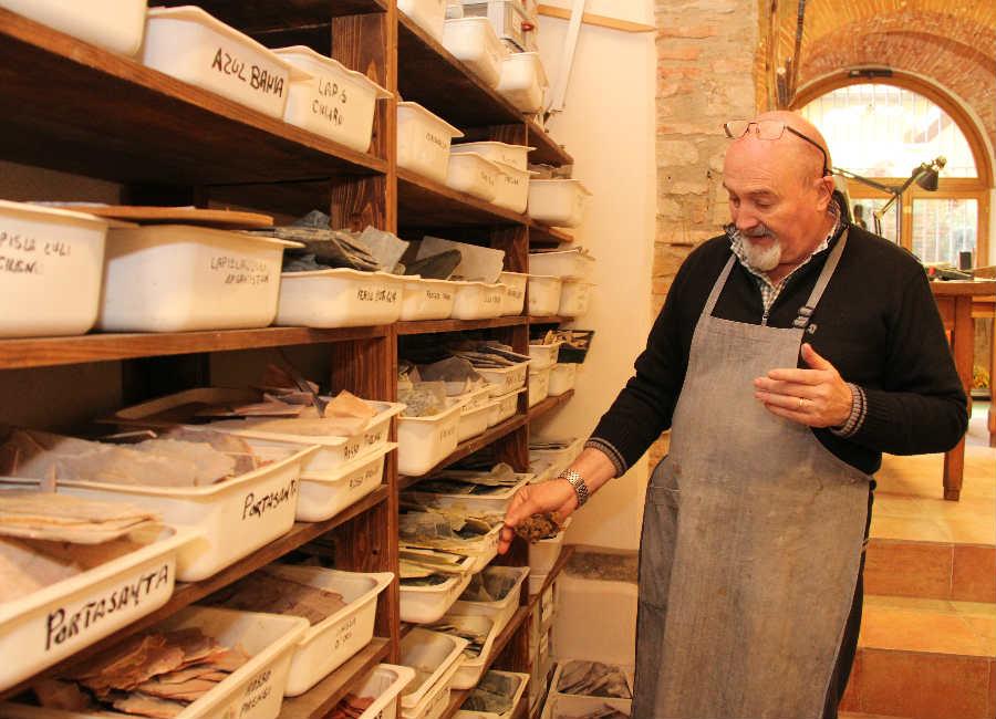 Scarpelli Mosaici: Il Maestro Renzo Scarpelli, classe 1947, al lavoro nel suo atelier