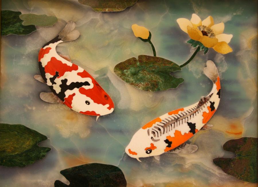 """Scarpelli Mosaici: Stupendo """"dipinto di pietra"""" realizzato dalla bottega Scarpelli per un collezionista americano, raffigurante due pesci Koi in uno stagno : le molte tonalità e venature delle pietre dure si uniscono a comporre una raffigurazione davvero inedita e raffinatissima delle stupende carpe ornamentali giapponesi dai mille colori. © Bottega Scarpelli - Le Pietre nell'Arte."""
