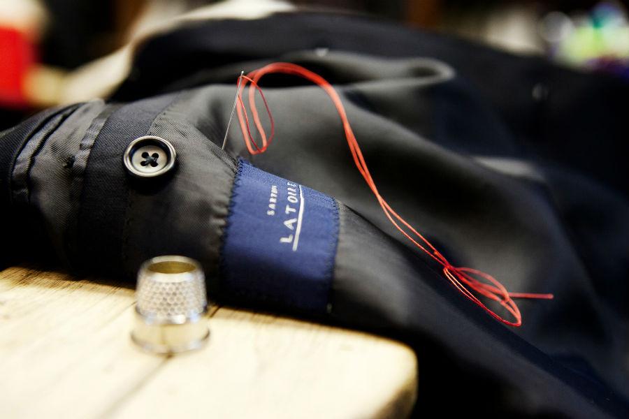 Sartoria Latorre-dettaglio logo su giacca