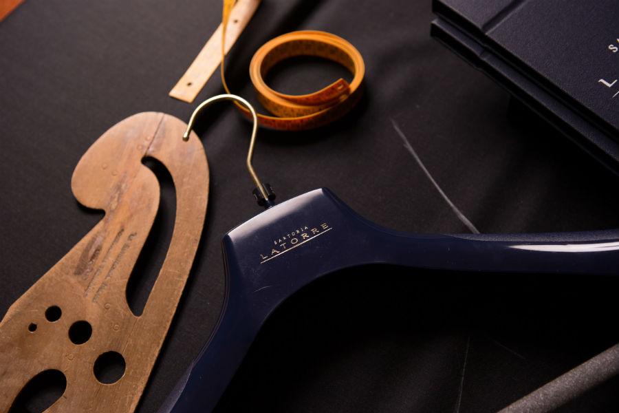 Sartoria Latorre-dettaglio appendiabiti con logo del brand italiano