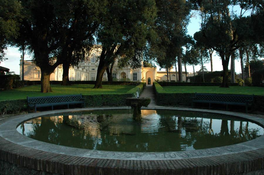villa-aurelia-roma-dimora-storica-fontana-circolare