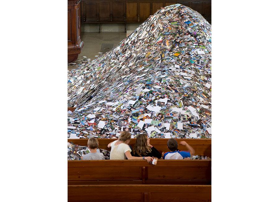Erik Kessels, 24Hrs in Photos, Eglise St. Claire, Vevey, 2014 - Una montagna formata dalle stampe di tutte le immagini caricate in un solo giorno su internet