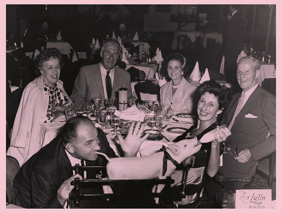 Erik Kessels, in almost every picture #10 Fotografie raccolte da Michel Campeau - immagine di persone sorridenti sedute attorno ad un tavolo
