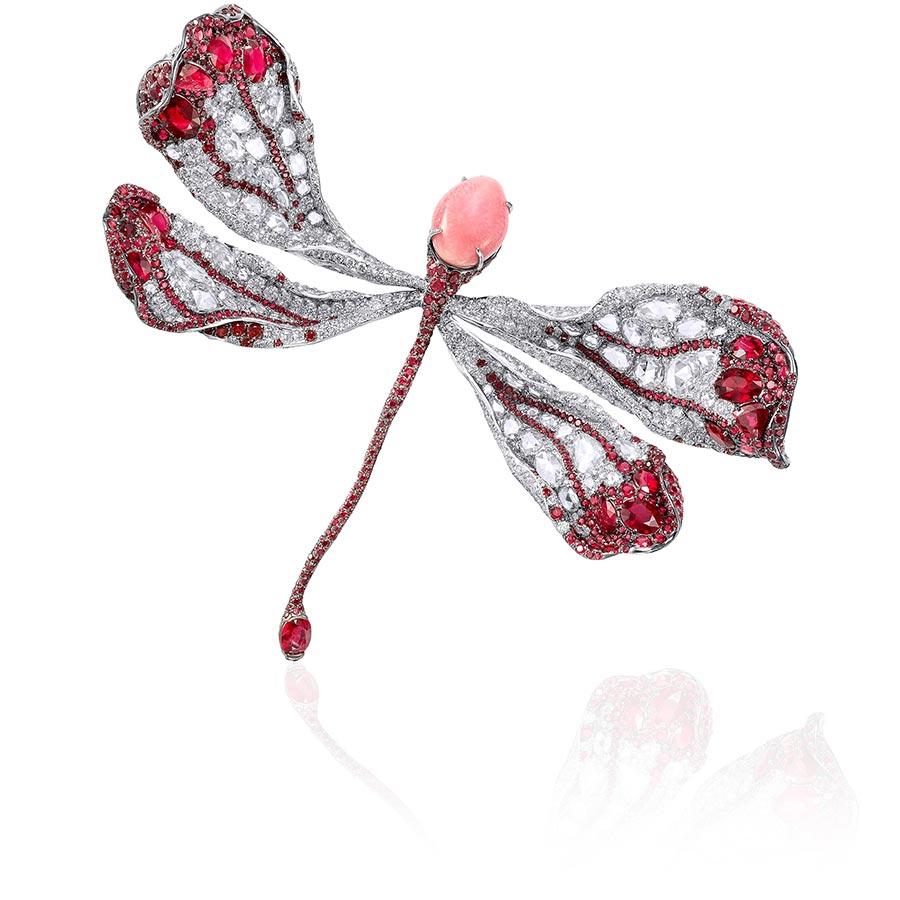 Alta Gioielleria: Cindy Chao - Collezione Dragonfly - Collezione White Label - Spilla in oro bianco con perle conch rosa (10.05 cts), rubini (20.88 cts), diamanti (16.81 cts).