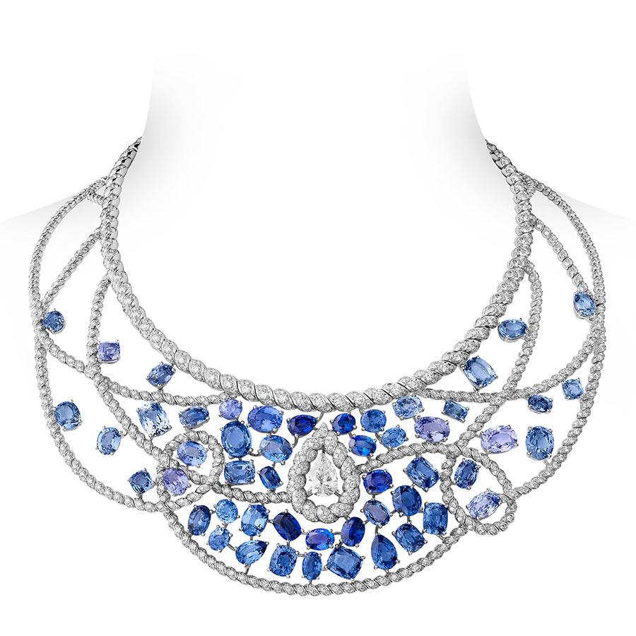 Alta Gioielleria: CHANEL Fine Jewelry - Flying Cloud - Turquoise Waters– collana in oro bianco con un diamante taglio pera (2,58cts), zaffiri blu taglio cuscino, taglio ovale e taglio rotondo, 1552 brillanti (totale 23,84 cts).