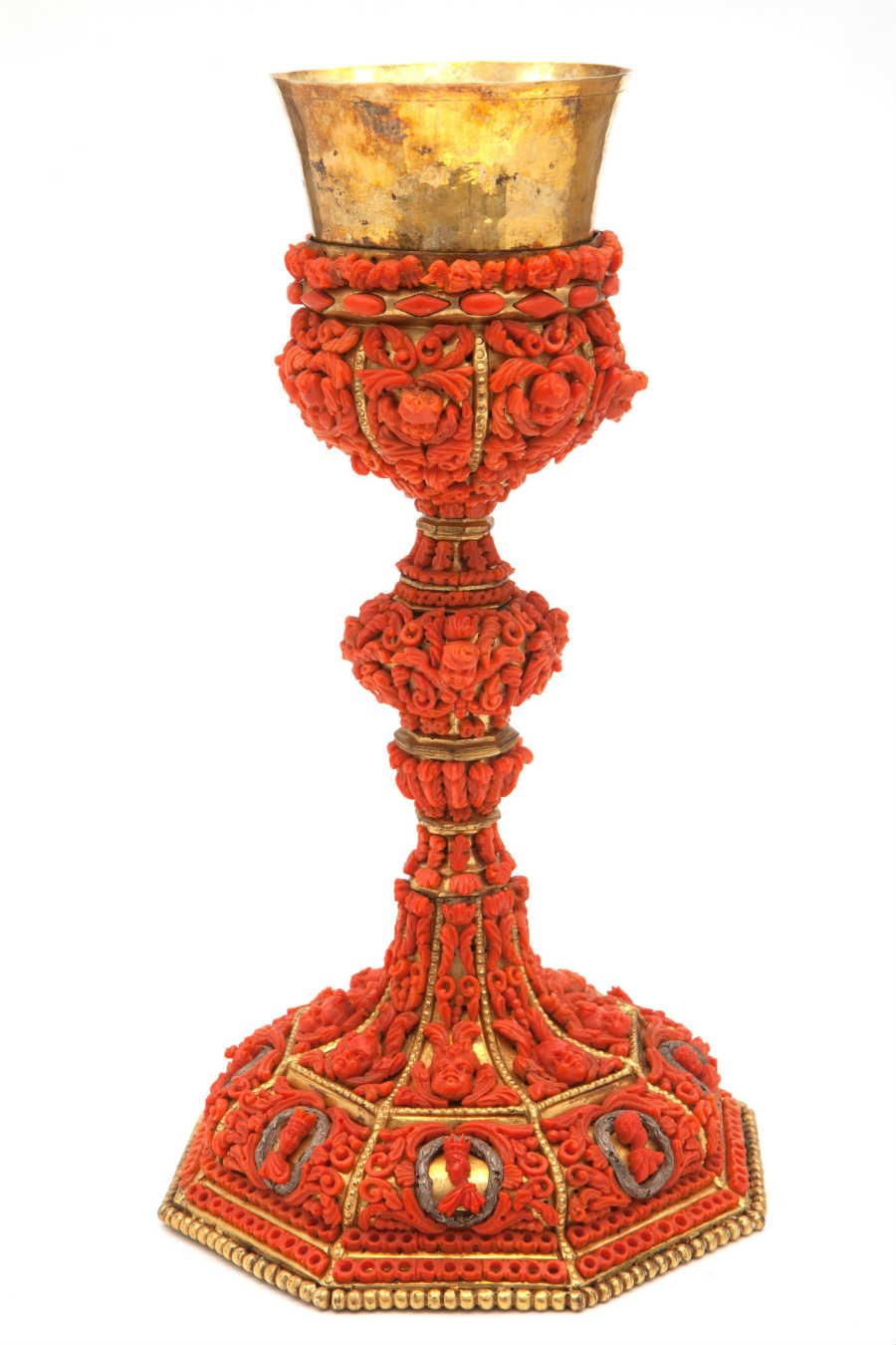 Enzo Liverino - Prezioso calice in rame dorato, decorato con corallo Sciacca del Mediterraneo, custodito presso il Museo del Corallo della famiglia Liverino.