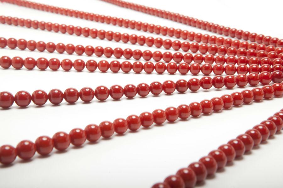Bellissimi fili della maison Liverino, in corallo rosso della Sardegna, unica specie del genere Corallium Rubrum che cresce nel mediterraneo. Il colore rosso intenso ne è il marchio distintivo. Dietro ogni perla ci sono lunghe fasi di lavorazione, dal taglio alla bucatura, dalla rociatura alla lucidatura e l'infilatura finale.