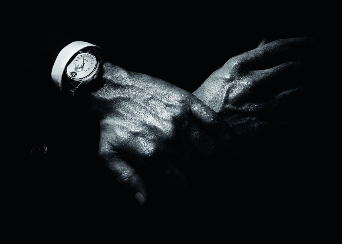 Monsieur de Chanel al polso di un uomo in una foto in bianco e nero