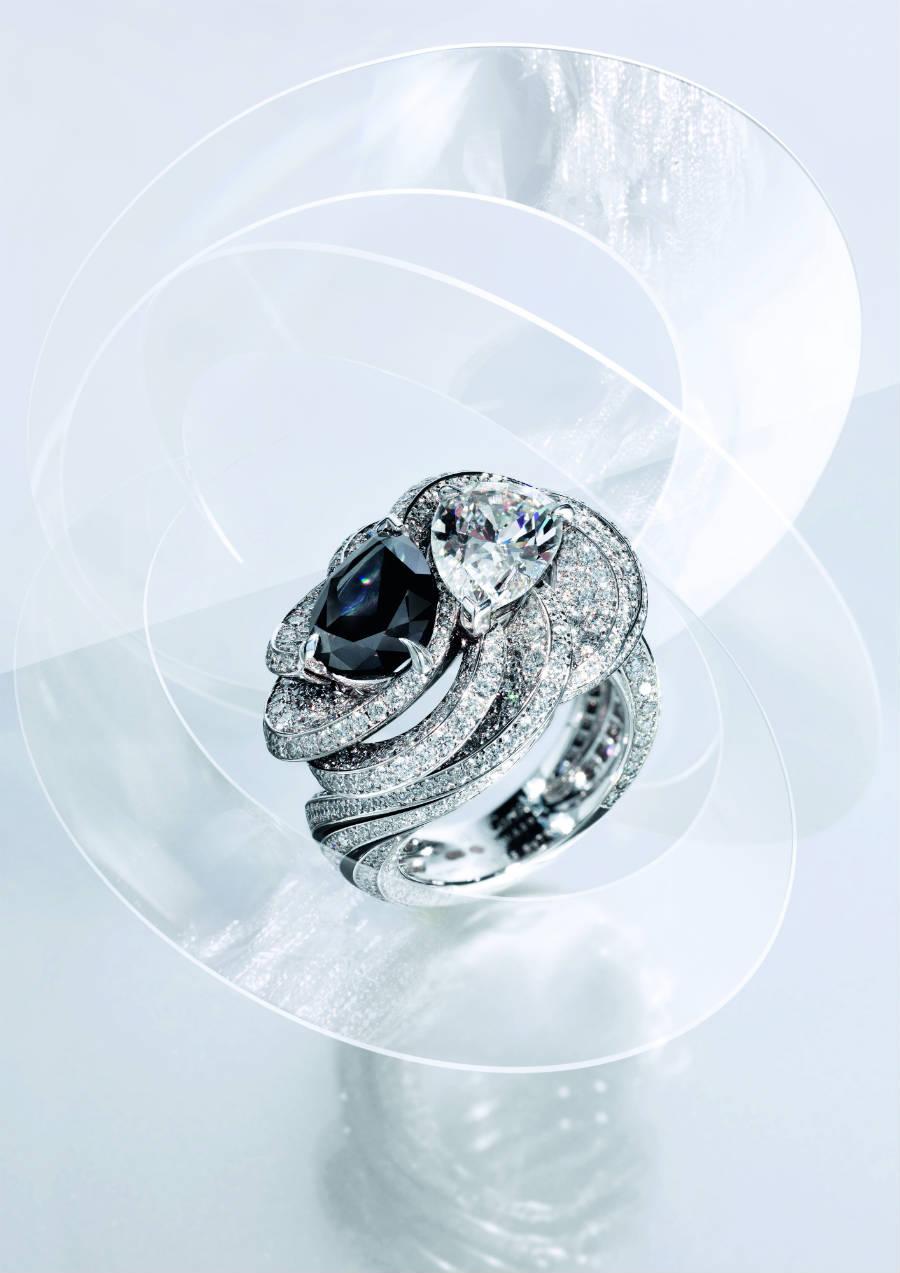 """Cartier - Résonances- Anello Clair Obscur - Nella tradizione del """"Toi et Moi"""" anello in platino con un diamante nere Fancy Black taglio pera di 2.73 cts, un diamante E IF di 2.05 cts, brillanti e lacca nera. I diamanti neri Fancy Black presentano una cristallizzazione regolare, monocristallina e quindi si differenziano dai carbonado di natura policristallina."""