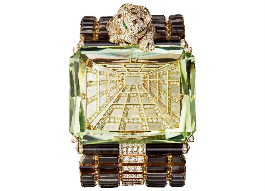 Cartier - Résonances – Bracciale Panthère Narcisse – in oro giallo, un berillo di 167.64 cts, brillanti, ossidiana. La pantera dagli occhi di granato tsavorite osserva il suo riflesso specchiandosi in uno straordinario berillo giallo verde (167.64 cts), sostenuto da una delicata struttura di oro e brillanti.