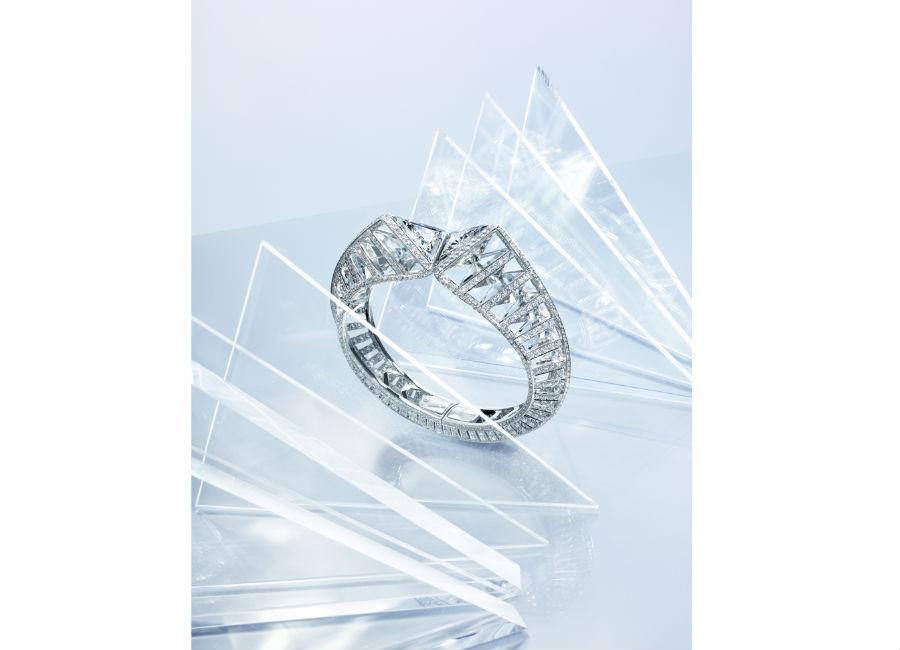 Cartier - Résonances - Bracciale Twisting light – in oro bianco con due diamanti triangolari (G SI1/SI2) per complessivi 4.72 cts, brillanti e cristallo di rocca.