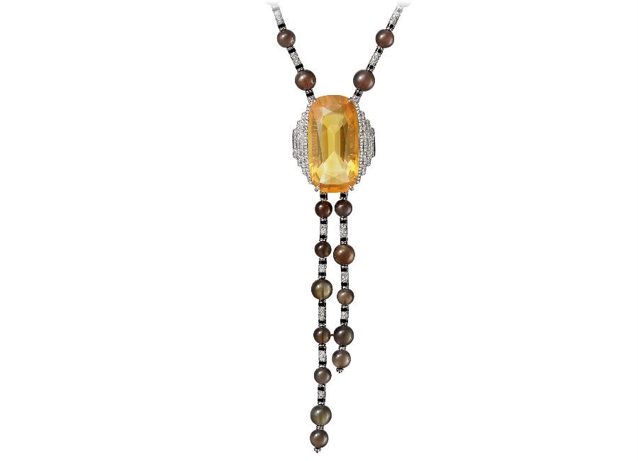 Cartier - Résonances – Collana in platino, brillanti, onice, sfere di pietra di luna color fumo e un opale di fuoco di 42.13 cts taglio a cuscino. Alla collana è abbinato un anello in parure.