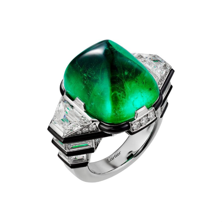 Cartier - Résonances – Anello Coda – in platino con uno smeraldo cabochon di 21.71 cts, diamanti, brillanti e onice. La creazione è un classico richiamo ad una delle scelte cromatiche dell'Art Déco (verde, nero, bianco).